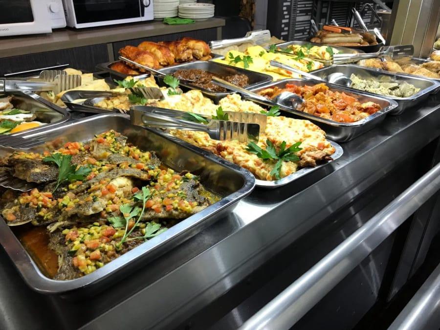 俄罗斯大学的食堂,学生们可以在这里解决餐食问题,而且价格相当便宜,当然和国内大学6元~8元能吃饱比还是要贵一些的