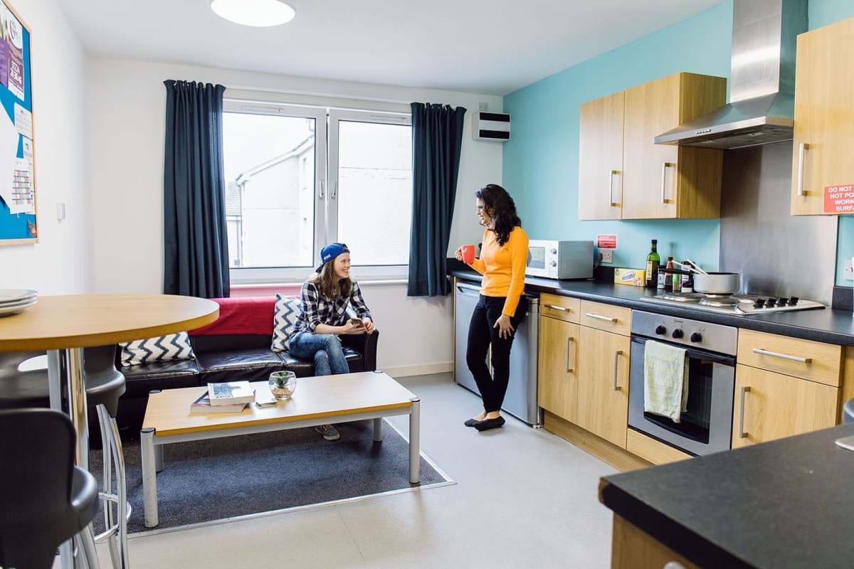 俄罗斯大学唯一对开销造成很大影响的就是租房,俄罗斯租房很贵,一套30平米的小房子动辄2~3千人民币,这还是在叶卡,在莫斯科可能要贵1.5 ~ 2倍。 但是还好一般学生都住寝室,所以i问题不大。