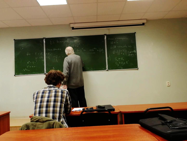 我读大四选择了代数方向做为选修方向,这时候Gein教授已经是我毕业论文的导师,我们在上《李群和李代数》课程