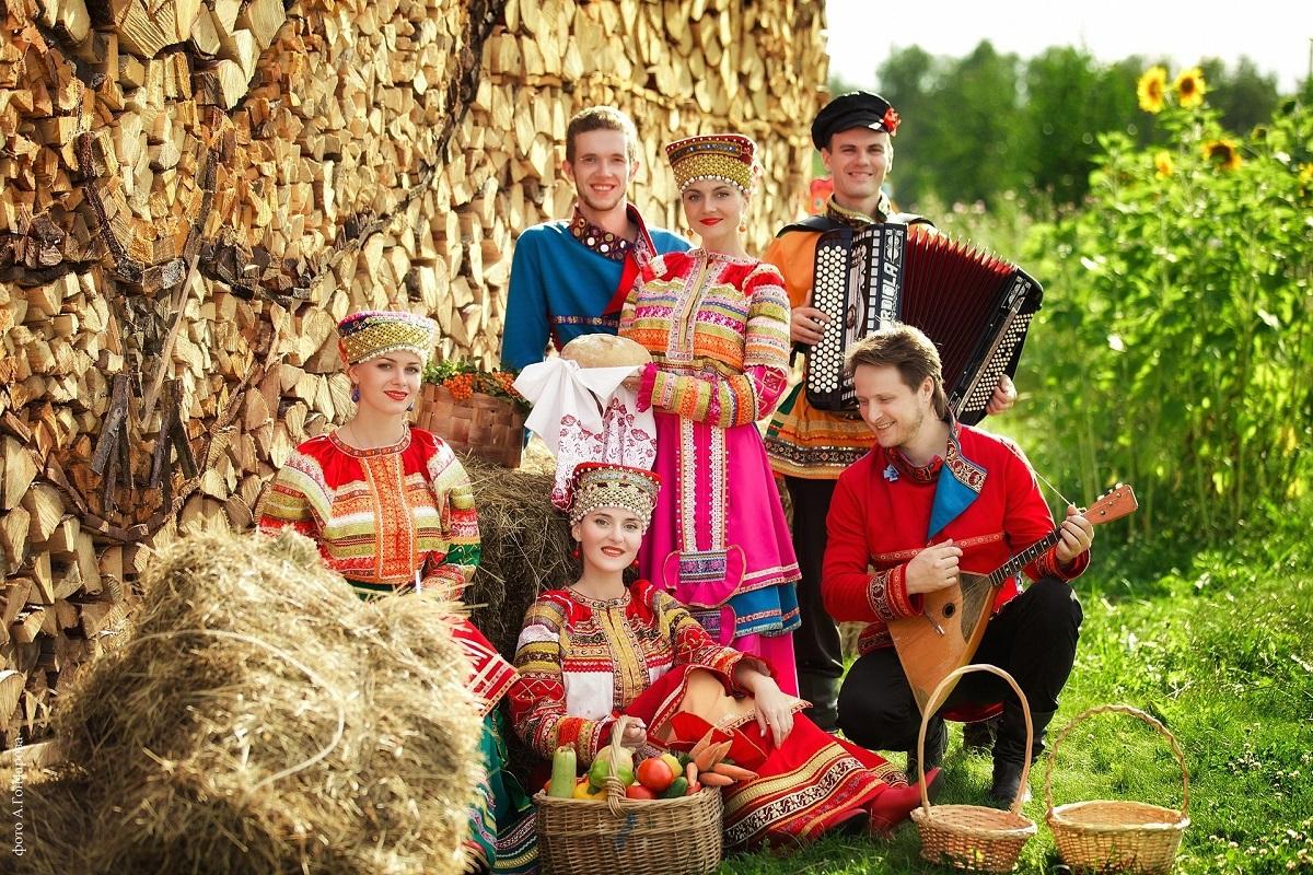 这是俄罗斯传统的民族服饰,俄罗斯的文化比较复杂,受到古代圣罗马帝国、蒙古帝国和中亚文化的影响,所以俄罗斯传统民族服饰可以看出这些国家古代文化的许多影响。