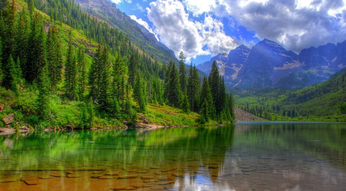 在俄罗斯中部西伯利亚南部的阿尔泰山脚下,这里有着堪比新疆喀纳斯湖的自然景观