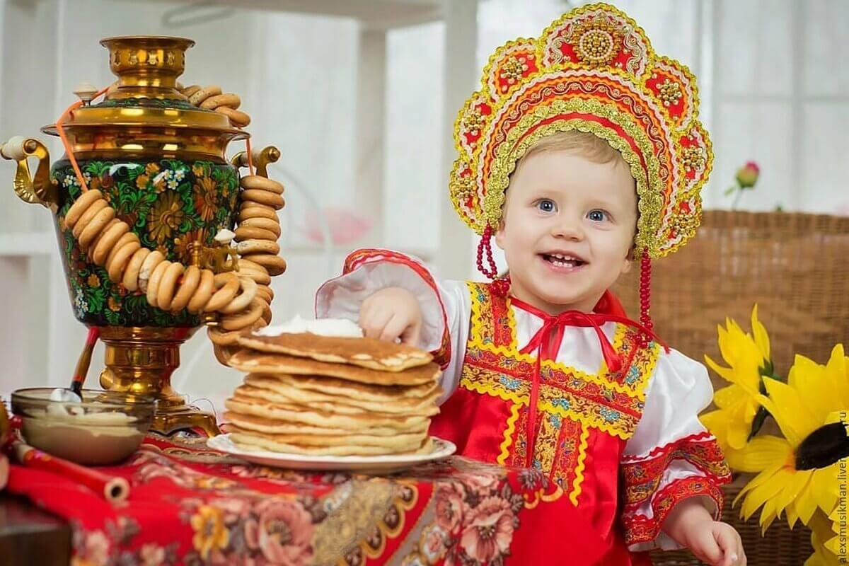 身着俄罗斯传统服饰的俄罗斯儿童