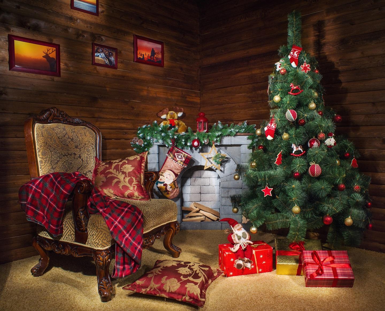 典型的俄罗斯人家庭传统新年装饰,一家人坐在壁炉前面烤火,享用新年晚餐,当然也不能少了作为装饰的圣诞树(елка)