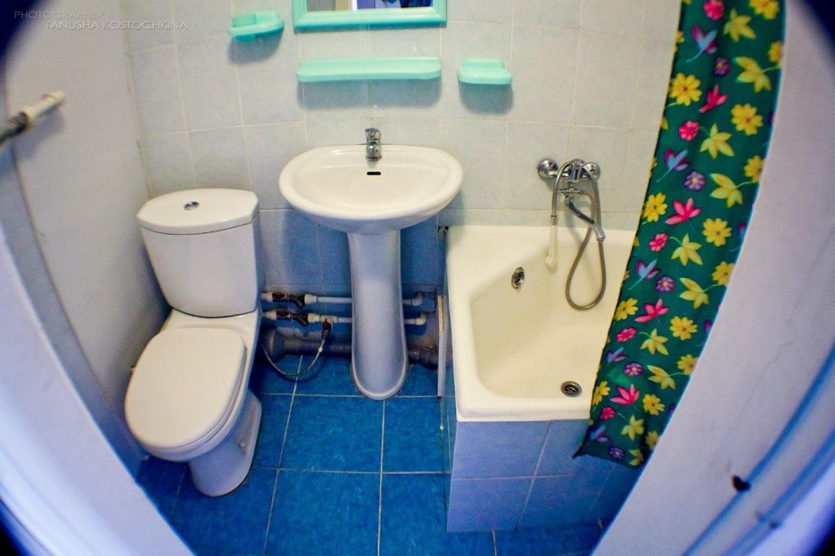 俄罗斯总统国民经济和管理学院乌拉尔分院的宿舍内的洗浴室