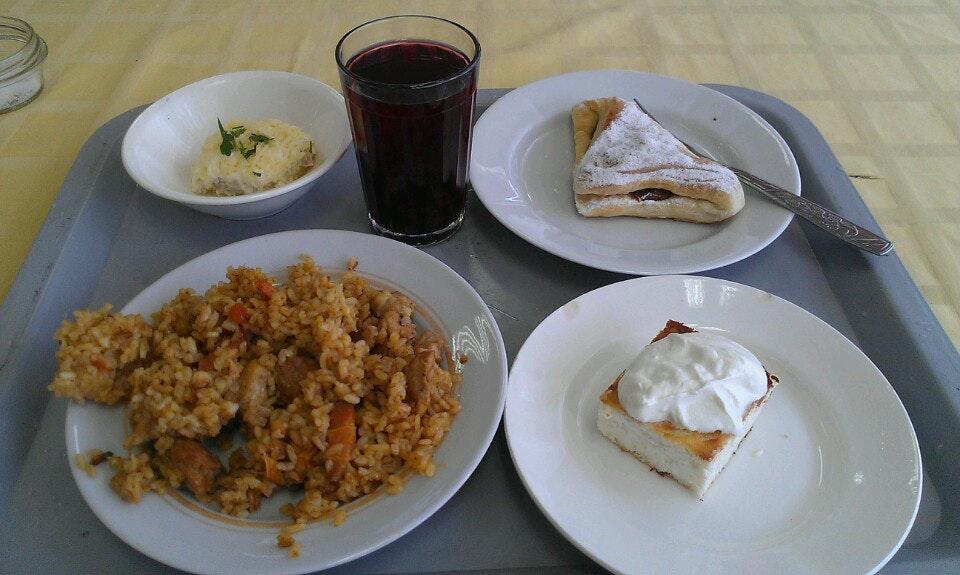 在叶卡捷琳堡、新西伯利亚、海参崴的分校吃饭,这样一顿午饭的费用大约是200卢布,而在莫斯科稍微贵一点,因为物价稍微高一些,大约需要300卢布即可吃饱
