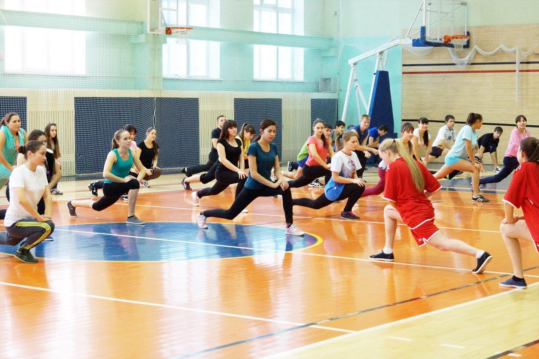 俄罗斯大学生正在上体育课