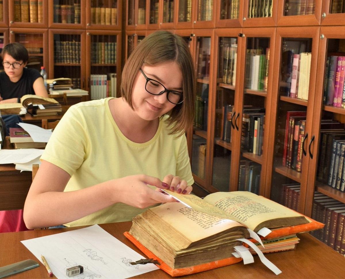 语言学专业大学生正在查询古俄语文献