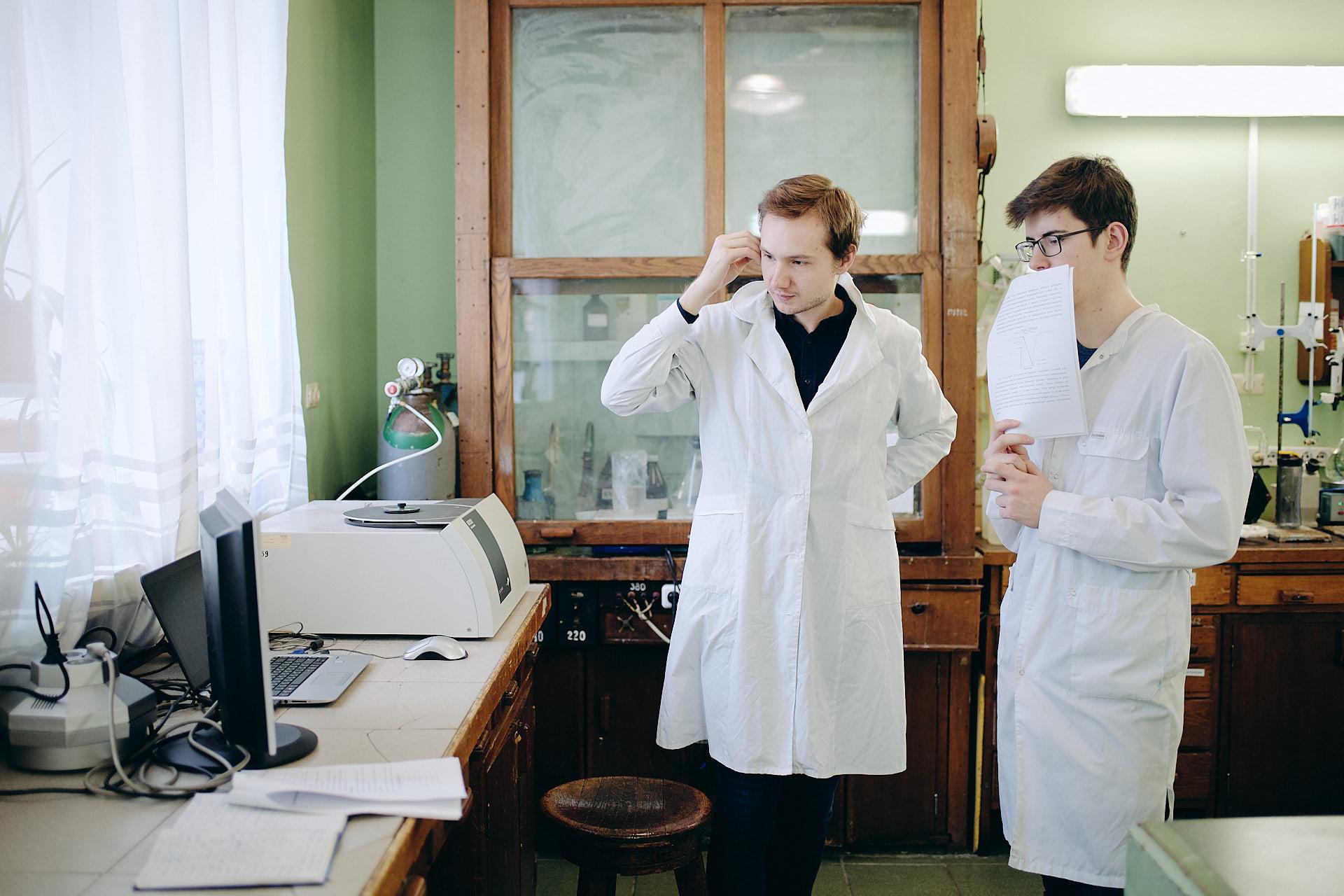 俄罗斯大学化学系的学生正在进行化学分析实验