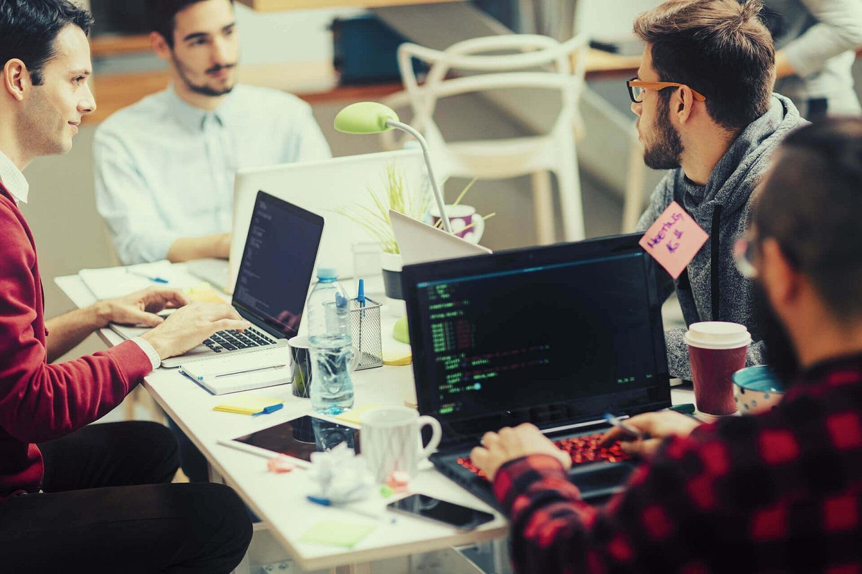 俄罗斯大学计算机专业学生正在写程序
