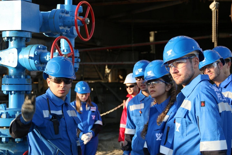 俄罗斯大学的是由专业学生正在俄罗斯石油天然气公司(Gasprom)油田实习