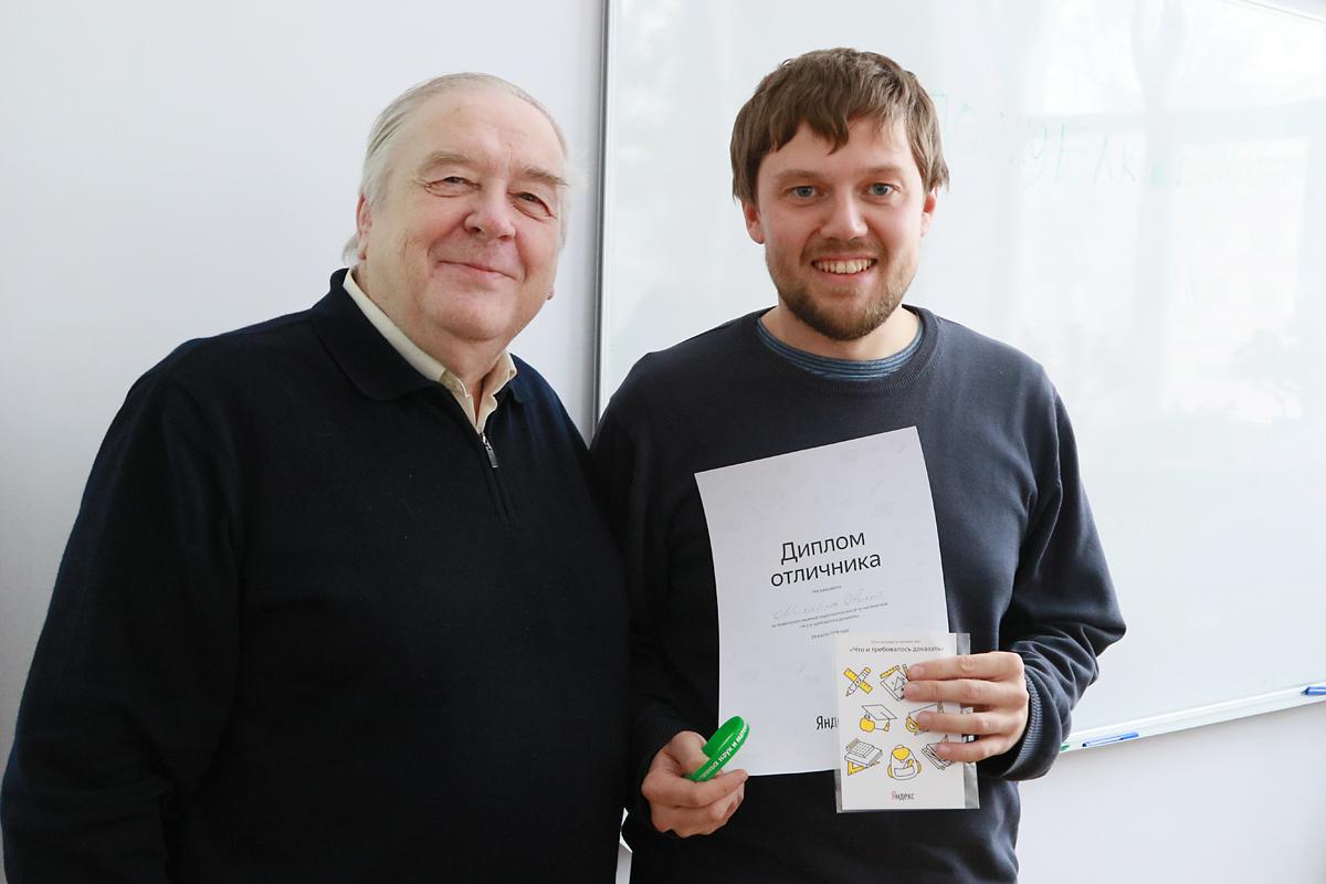Gein教授和我校数学系获得Яндекс公司顶级技术评级的优秀学生合影