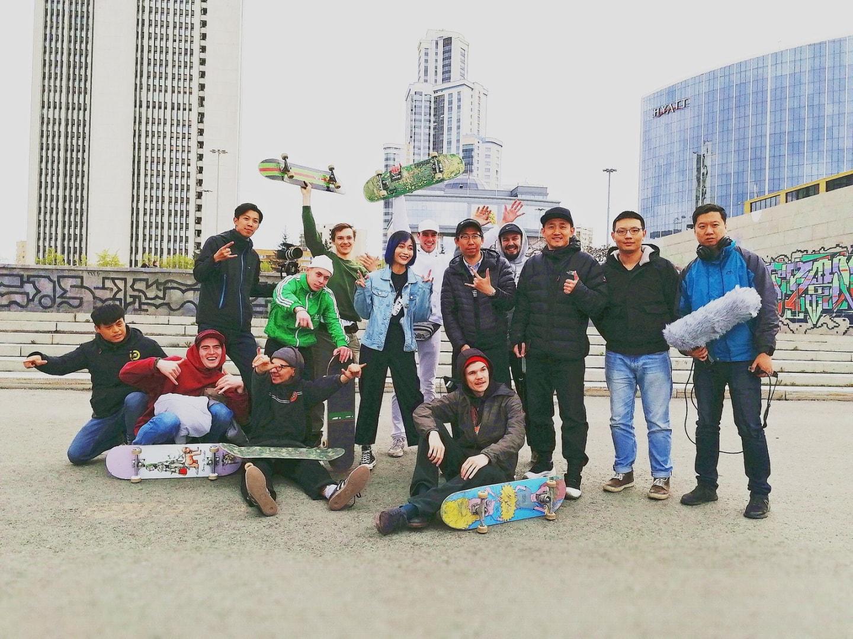 这是视频中拍摄滑板那段戏时我、田沅小姐姐、社组织成员和俄罗斯当地演员的合影