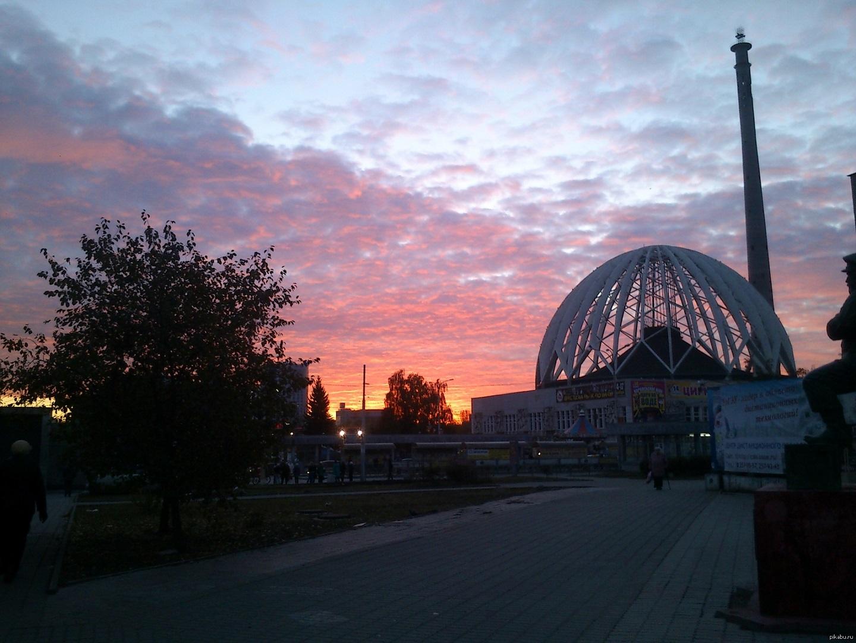 叶卡捷琳堡国立马戏团 – 这张照片还是很久以前拍摄的,背后的老电视塔还没拆