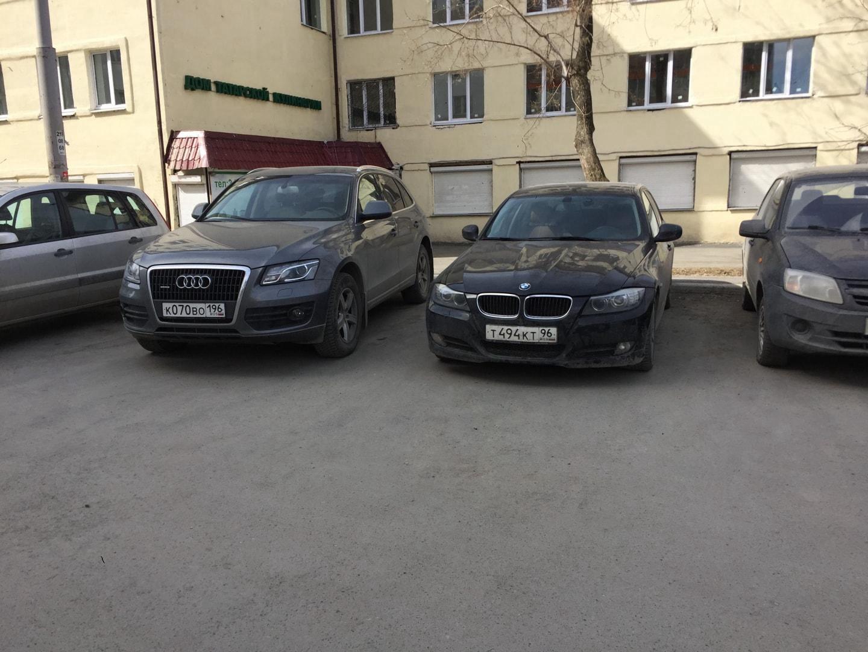 这是我和我室友小段的车子,我们俩都是2017年买的车子,这两台车和我们一起经历了不少故事。  20年小段从乌拉尔联邦大学本科毕业,现在已经去莫斯科读研了,车子也卖掉了。  只能说时间过得真快。
