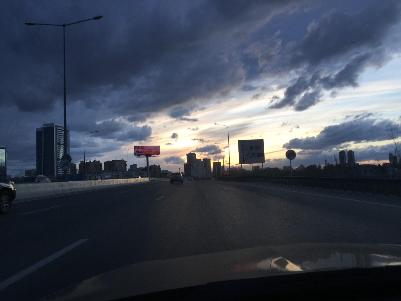 这天回去的路上天都快黑了