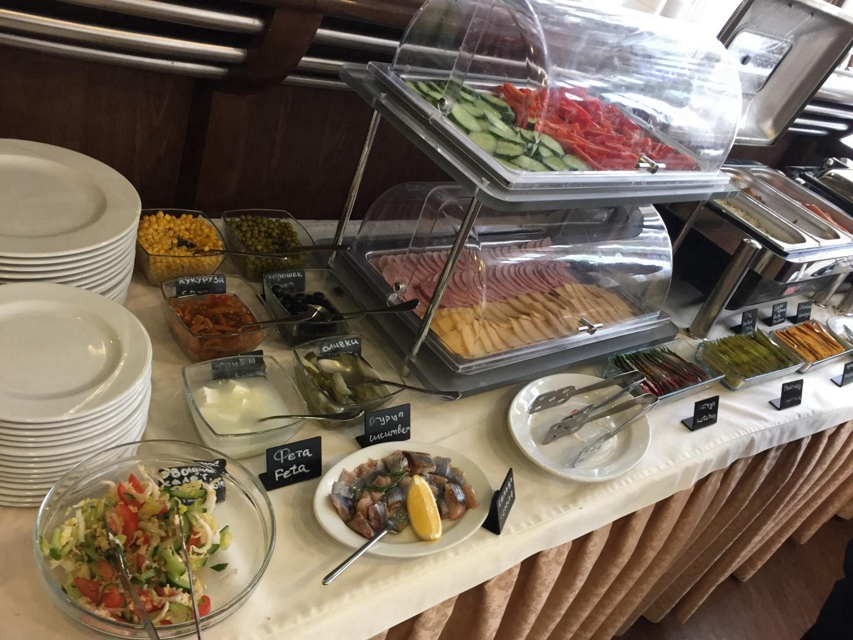 可以选择很多菜式,包括俄罗斯大香肠、腌鲱鱼、沙拉、酸黄瓜、奶酪片、米饭、蒸鸡蛋