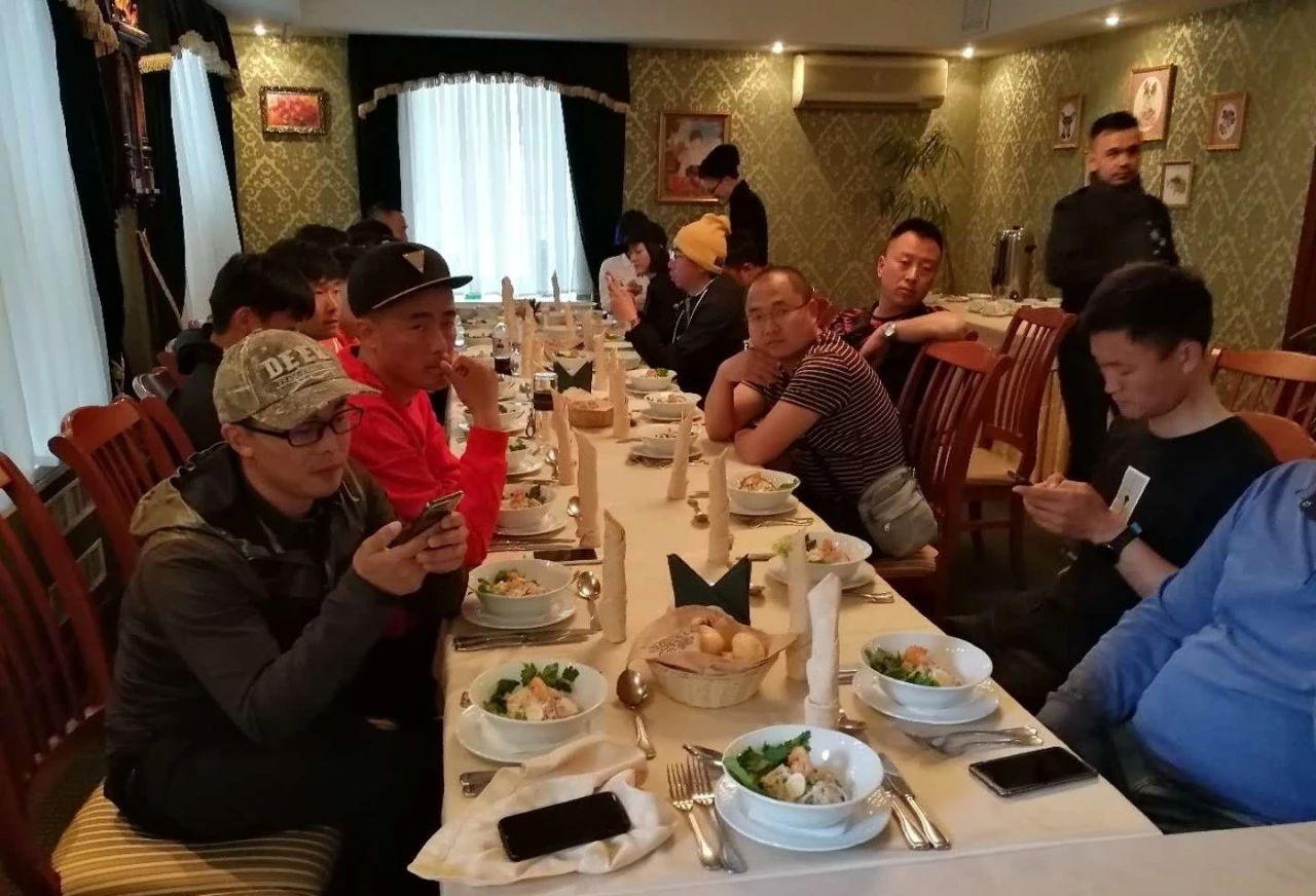 这是最后的一餐,大家吃完饭然后各奔东西,左下角是吴郁老师,没想到这竟然是永别
