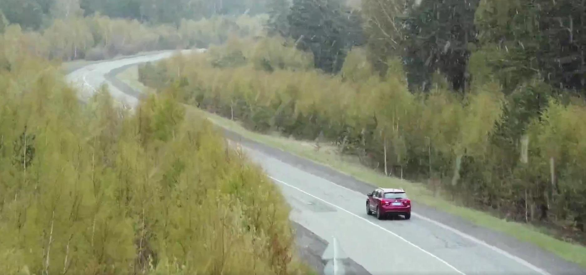 视频开头田沅小姐姐开车走在乌拉尔的山林之间