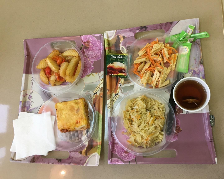 这是在我住的乌拉尔联邦大学5宿附近的一个小餐厅吃的,里面是沙拉、煮包菜、土豆饼、煎土豆块,一杯茶和糖,一份23元
