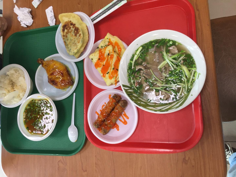这是纯越南餐厅的美食了,不得不说越南菜很棒的! 图中有牛肉饭、米粉、春卷、烤鸡腿和鸡蛋饼。 市场越南餐厅最好的是红楼一楼中间的那个Д'уэт越南餐厅,那家味道最好