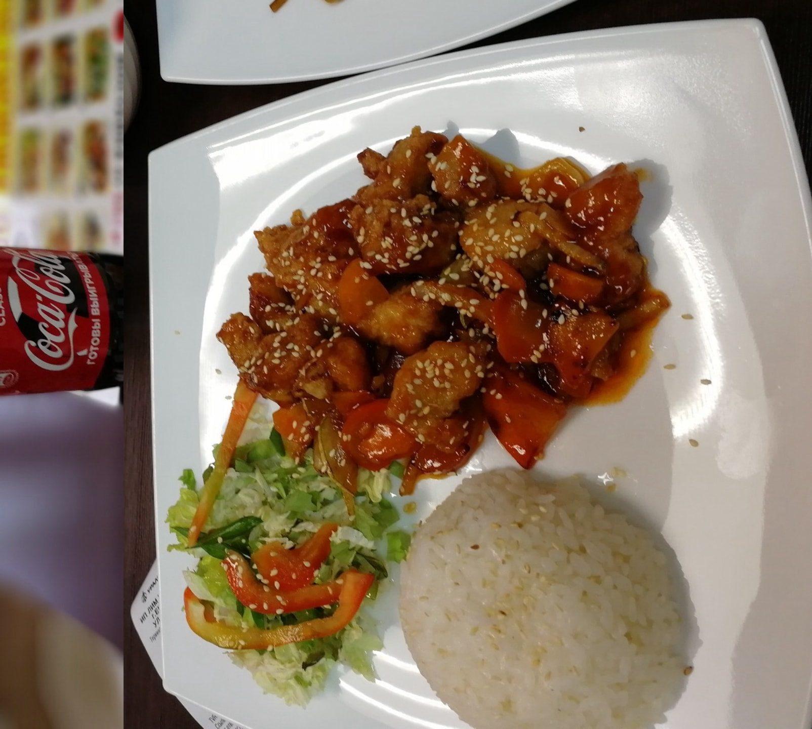 """额,这个是俄罗斯人开的""""中餐厅"""",说是中餐,其实比Shi还难吃,酱油和醋放太多了,酸不拉几,不知道现在倒没倒,在乌拉尔联邦大学1宿车站附近"""