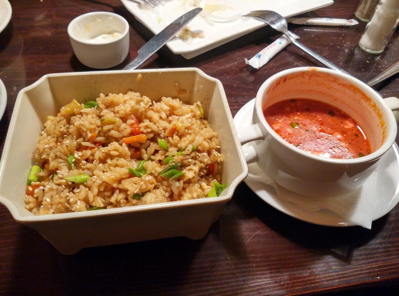 """叶卡一家叫做""""自己的聚会""""的餐厅点的鸡肉炒饭,说实话有点中餐那味儿,一份20元 + 一份红菜汤(Борщ)12元"""