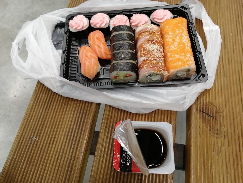 这是在LENTA超市带学生采购生活用品时顺手买的寿司,中间夹着酸奶油(粉色的那个),很奇葩,吃着也就那样。 一份40元