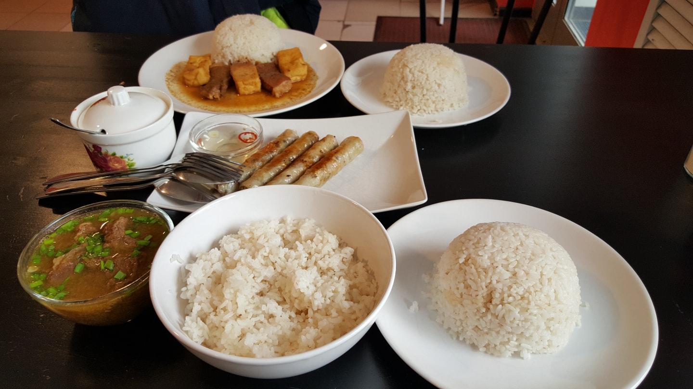 叶卡的越南菜馆,一份米饭5元人民币还是比较贵的,春卷一份16元,牛肉汤+几大块牛肉25元,越南菜馆是叶卡最赚钱的行业,这个老板都开好几家分店了,这几年利润里面中国学生贡献了很大一部分