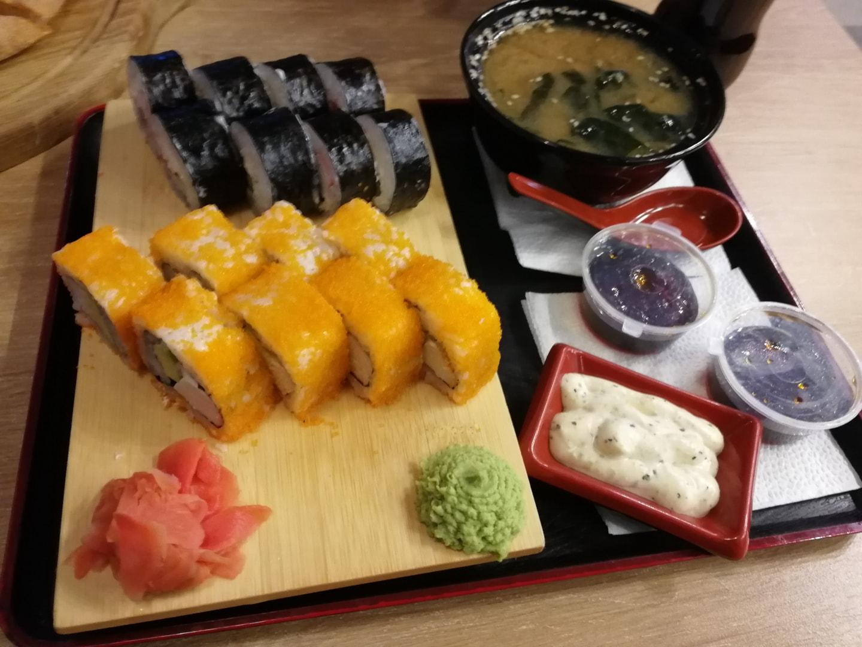 """这是""""我们的聚会""""餐厅点的寿司Combo,这一份60元,也不算便宜但是味道还不错"""
