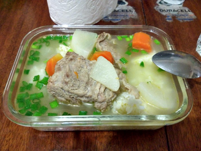 这是自己做的猪肉排骨萝卜汤,萝卜在当地不太难买到,带骨头的猪肉也非常便宜,预科和大一大二时我最喜欢煮这种汤喝