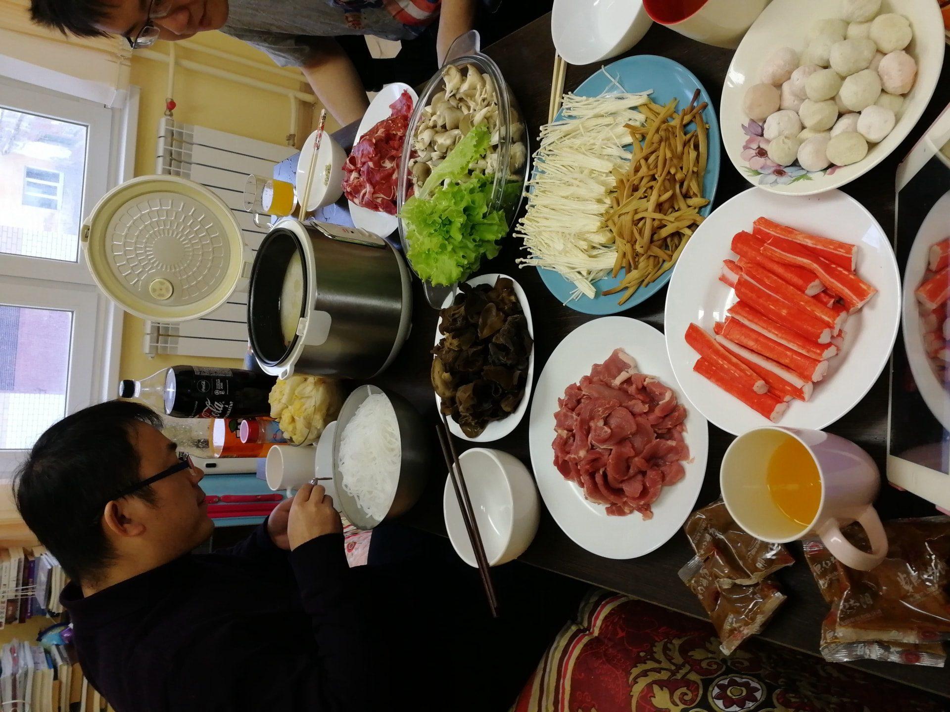 这是和朋友们吃火锅这次是2018年来乌拉尔联邦大学进行访学的杨博士还有刘学姐,老陈一起吃的,这一顿花了也就200元的样子,4个人吃不完