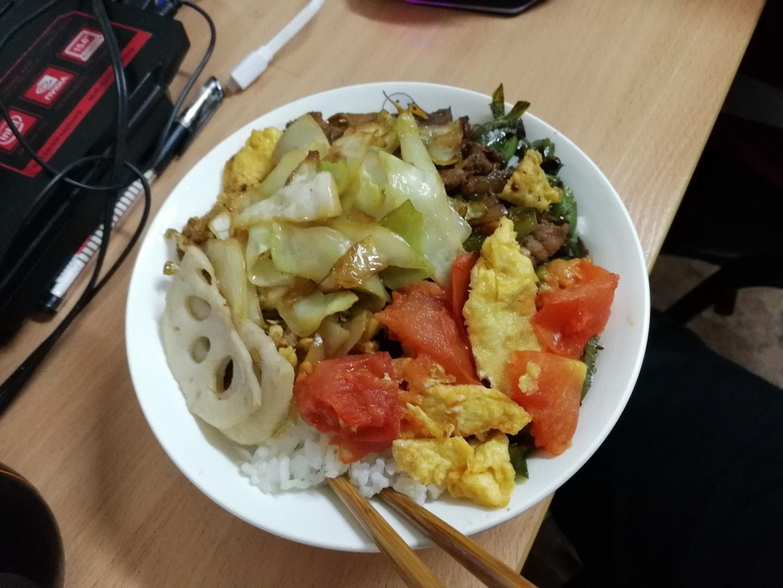 自己做的西红柿鸡蛋、藕片、包菜和小炒肉,每个菜都不多但是非常好吃