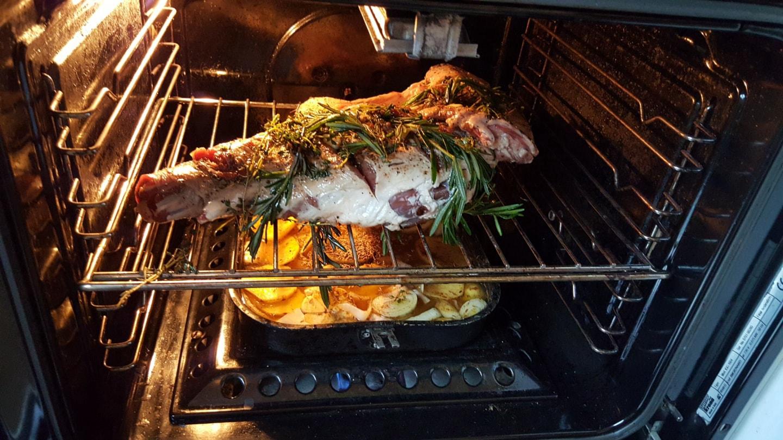 柏燃做的烤羊腿,上面有一些迷迭香,底下是烤土豆,上面羊腿流下来的油可以浸入土豆中,这一顿吃的很爽(2016年)