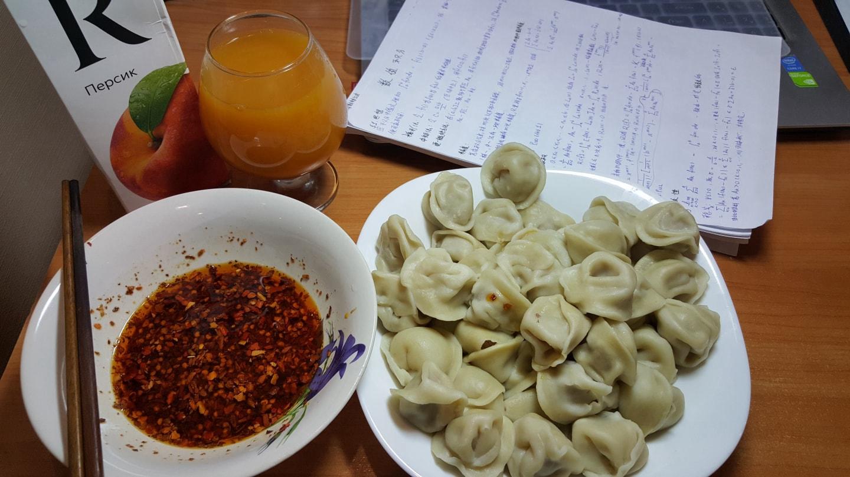 晚上学习时煮点饺子弄点酱,这也是留学生最省事的晚餐