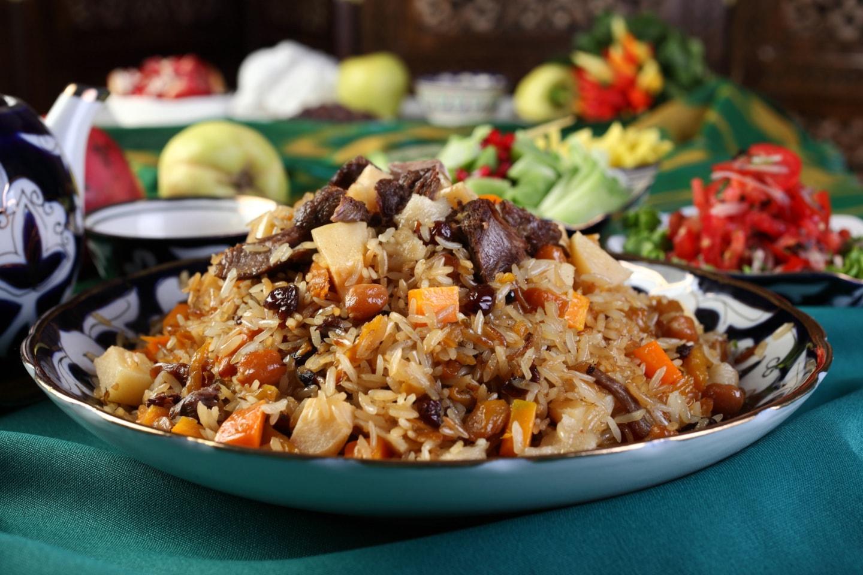 这是中亚抓饭,在俄罗斯有很多民族吃抓饭,包括楚瓦什人、塔塔儿人、巴什基尔人,一份大概50元里面羊肉很多