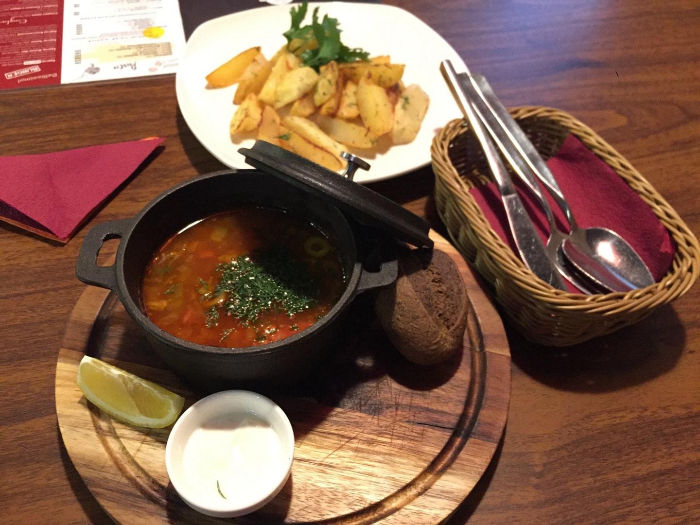 这是2018年4月我和我室友我们开车去秋明泡温泉,在秋明(Тюмень)的市内一个小餐厅吃的俄餐,味道很标准,这个汤叫做酸汤(Солянка)是俄餐中比较著名的一个汤