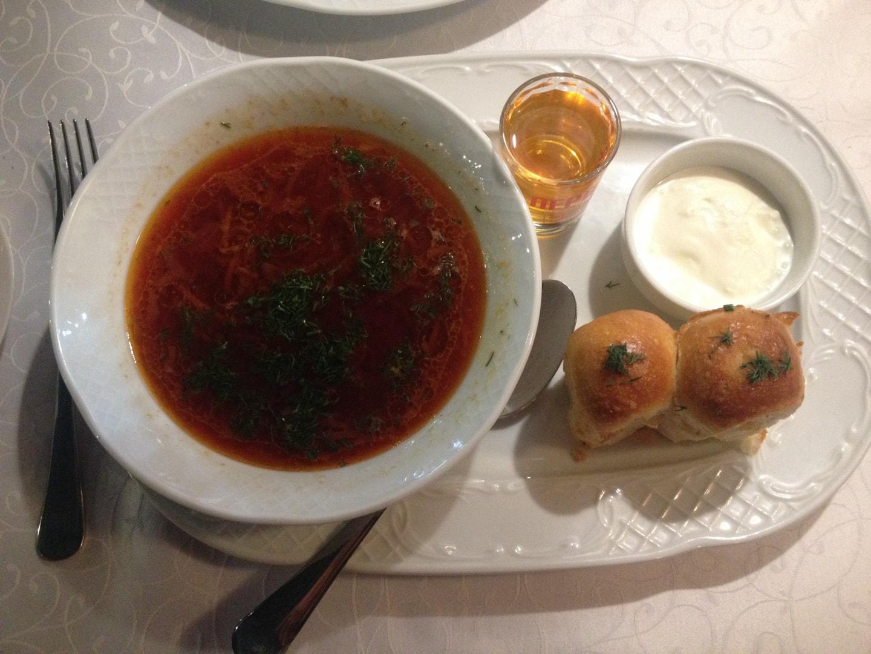 俄罗斯传统美食红菜汤,这个菜非常简单但是味道不错,一晚也就10元