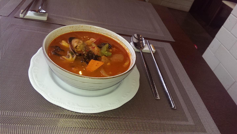 这是俄罗斯餐厅点的海鲜汤,这个汤可能在北俄比较少,在南俄克拉斯诺达尔(Краснодар)、索契、克里米亚等黑海沿岸省份比较多