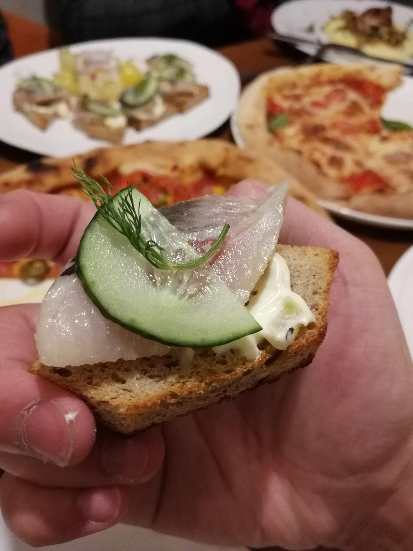 俄罗斯人喜欢吃鱼,而且是这种稍微带点发酵味道的腌鲱鱼,上面放黄瓜去腥,下面面包作为主食,味道还行