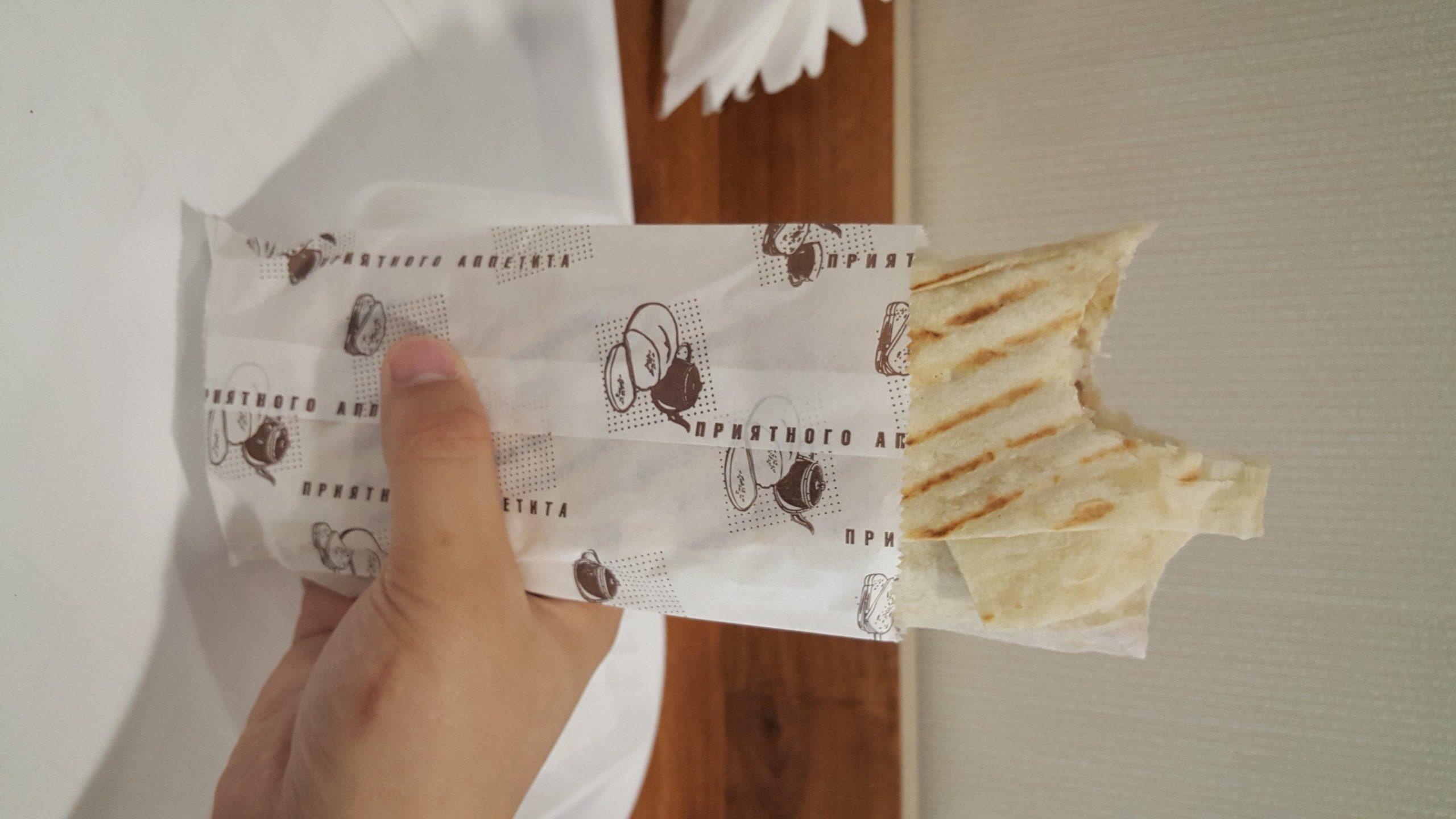 """这个东西叫做沙乌了马(Шаурма)又称""""土耳其卷饼"""",一个12元很便宜,一般男生一个半就能饱"""