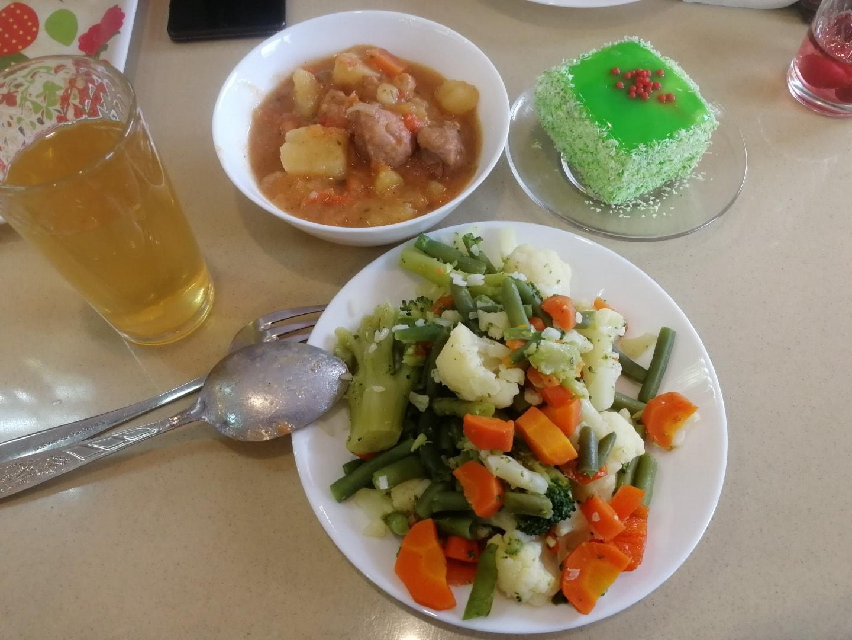 这是俄罗斯餐厅中的一个水煮蔬菜,就是胡萝卜、豆子、花菜、西蓝花一起水煮,煮出来后加一些盐和油就可以吃了。 上面是一份土豆炖肉(Тушёнка)