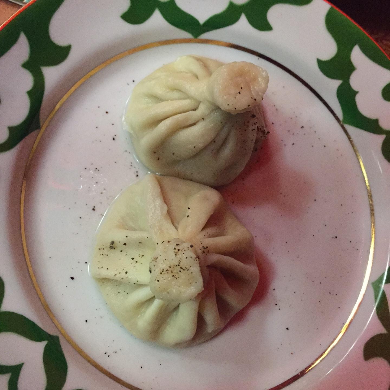 乌兹别克风格餐厅的烤包子(манты)里面是羊肉+洋葱,外面是面粉皮,两个大概15元