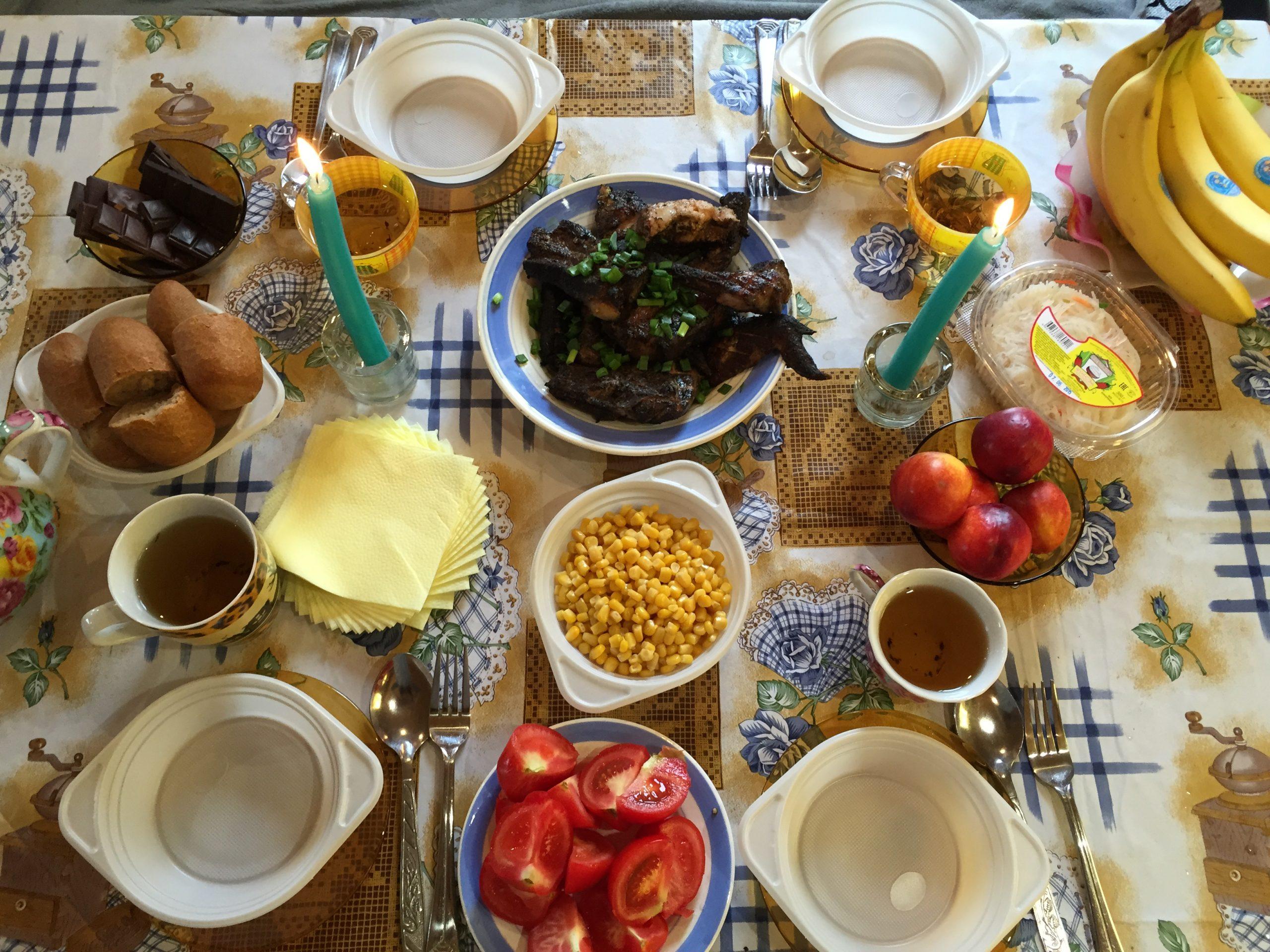 这是我和Denis在2015年聚餐时拍的,这就是俄罗斯普通家庭在乡下午饭的主食,里面包括有玉米罐头、西红柿、烤肉、各种植物的花茶(自己院子采集的茶草,稍微晒干就可以存着,没事取点喝)