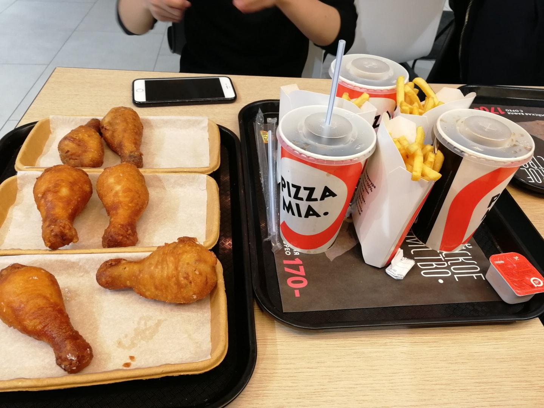 叶卡捷琳堡的Pizza Mia快餐厅,这一顿披萨2个大鸡腿+一杯可乐+薯条+2-3块披萨一个人大概40元足以