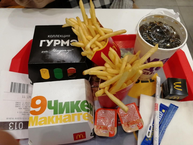 叶卡捷琳堡的麦当劳,这一份中1个巨无霸 + 大薯条 + 9块麦乐鸡 +可乐 45元