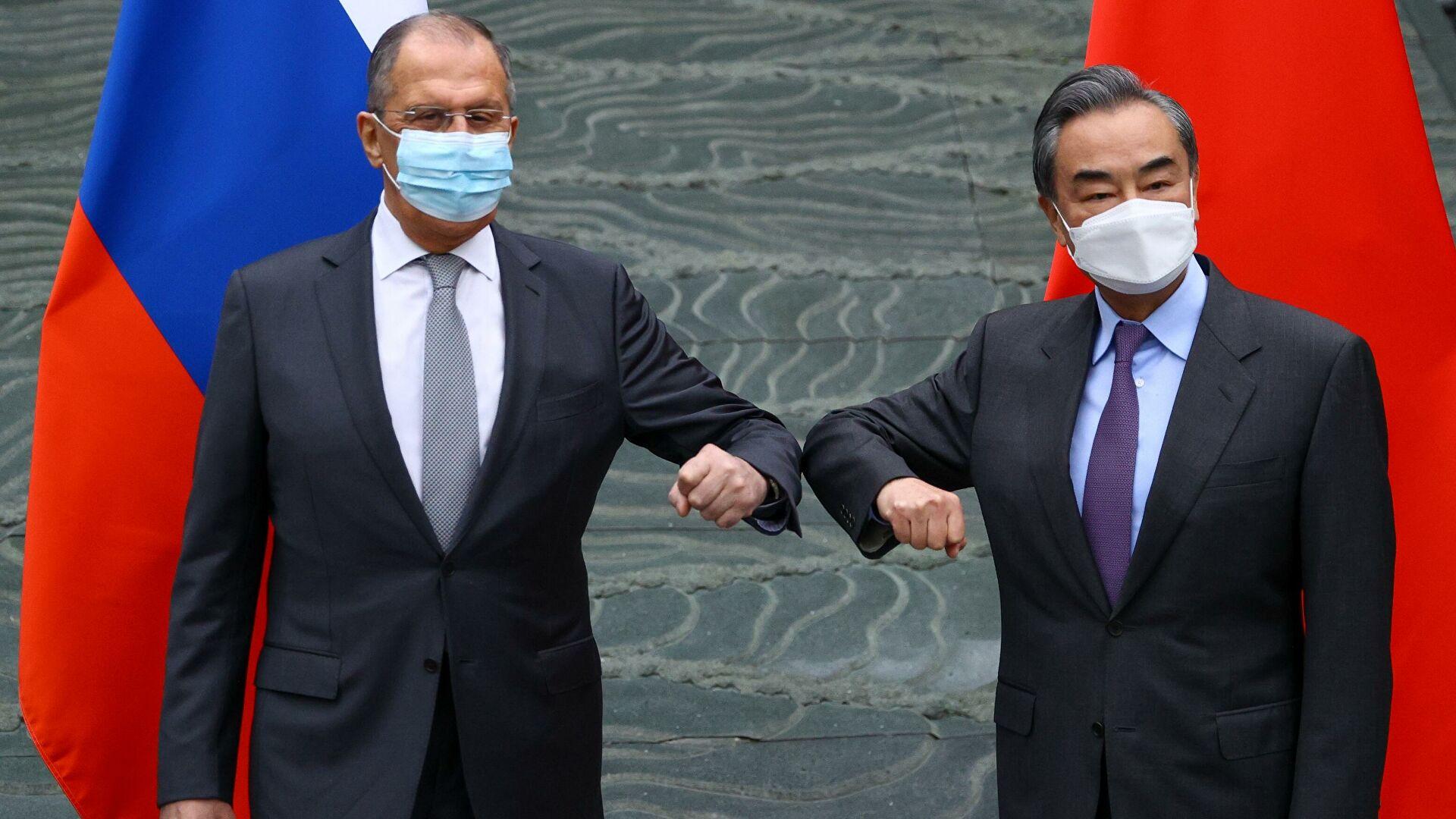 王毅部长和俄外长拉夫罗夫以互碰隔壁的方式表达双方坚定的合作立场