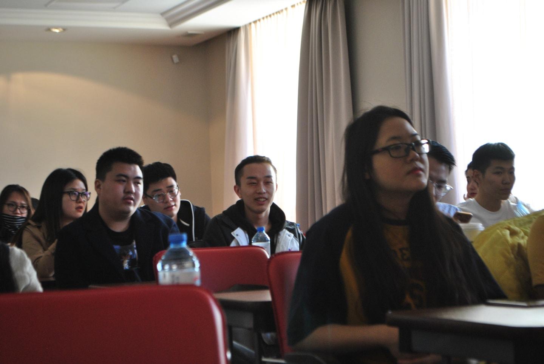 台下坐着的大多数是我们公司的学生