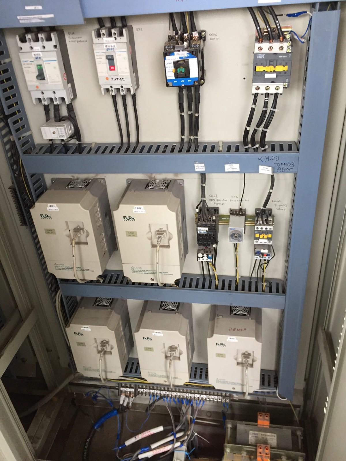这是配电箱,张经理非常懂电学,所以很快处理好配电的故障