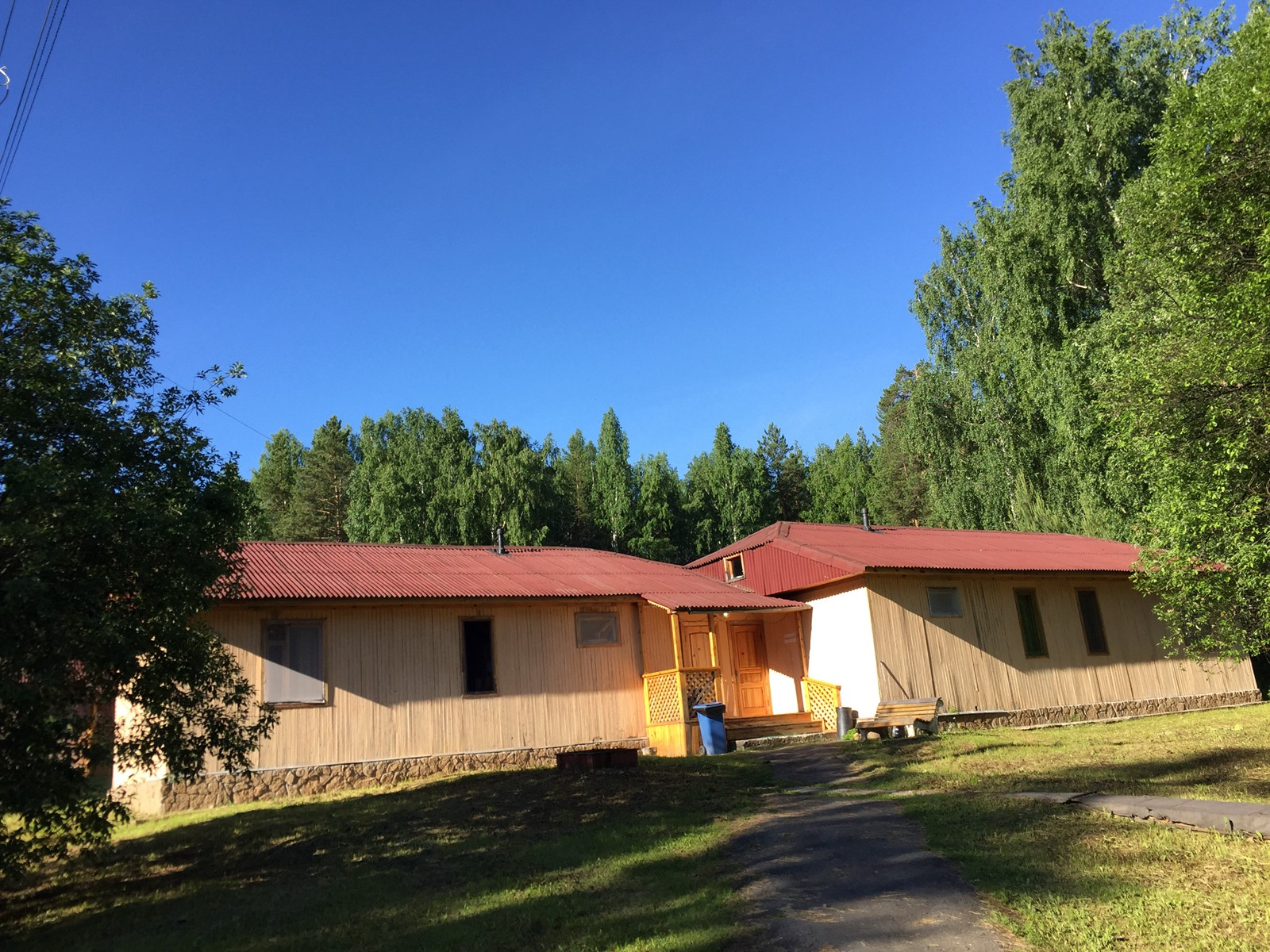 我们住的就是这样一排排的小木屋,住着很舒服,不冷不热