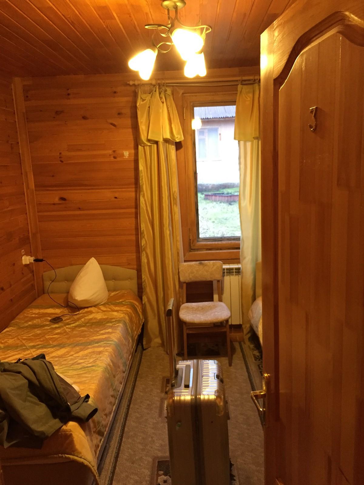 这是我们的房间,虽然比较小但是暖气、热水、淋浴都有